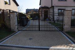 Fragment podjazdu i brama wjazdowa - widok od frontu