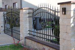 Widok z boku wypełnienia i elementó łupanych ogrodzenia
