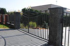 Brama uchylna z profili metalowych