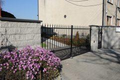 Brama wjazdowa - ogrodzenie z pustaka łupanego