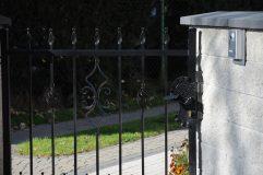 Furtka w ogrodzeniu z wypełnień metalowych