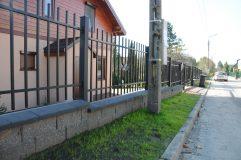 Ogrodzenie metalowe z podmurówką z pustaka łupanego